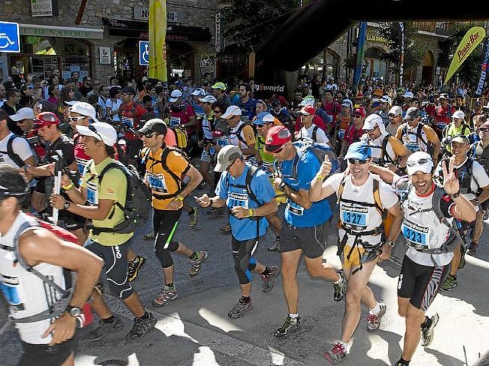 Participantes de la pasada edición salen alegres desde la Avenida de los Tilos de Benasque en dirección al Aneto.