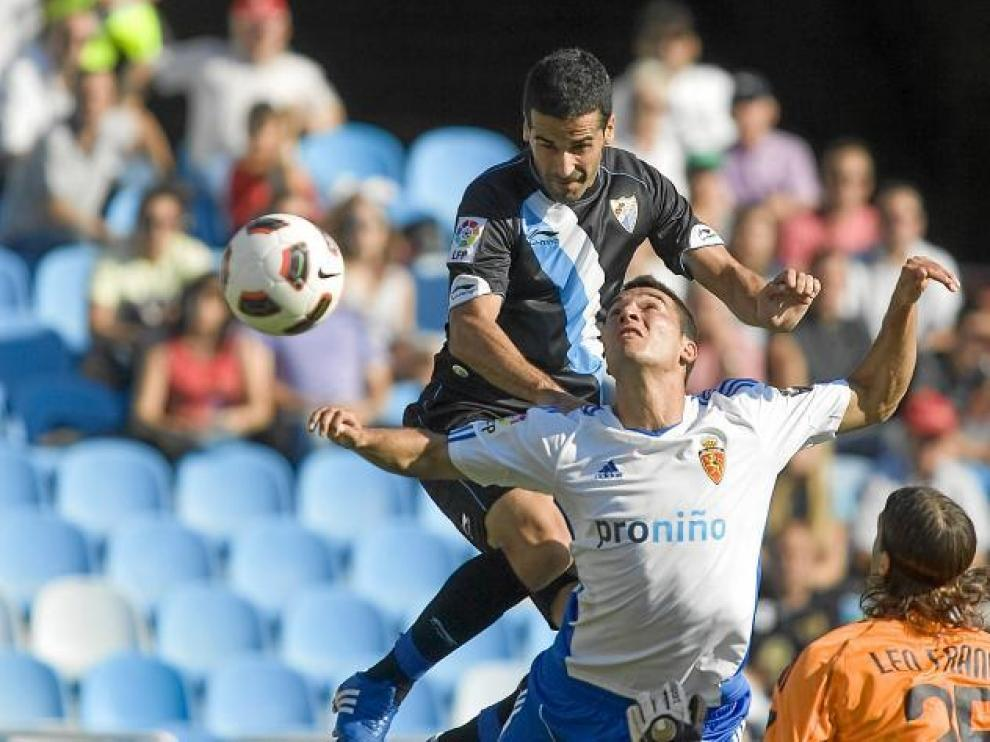 Fernando remata a gol ante la oposición de Obradovic y la inacción de Leo Franco en el Zaragoza-Málaga de la primera vuelta.