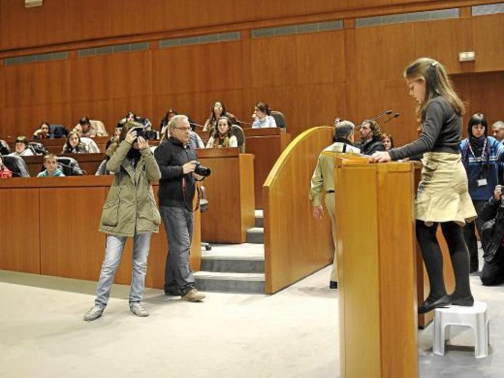 Raquel Marín lee su discurso subida en un taburete.