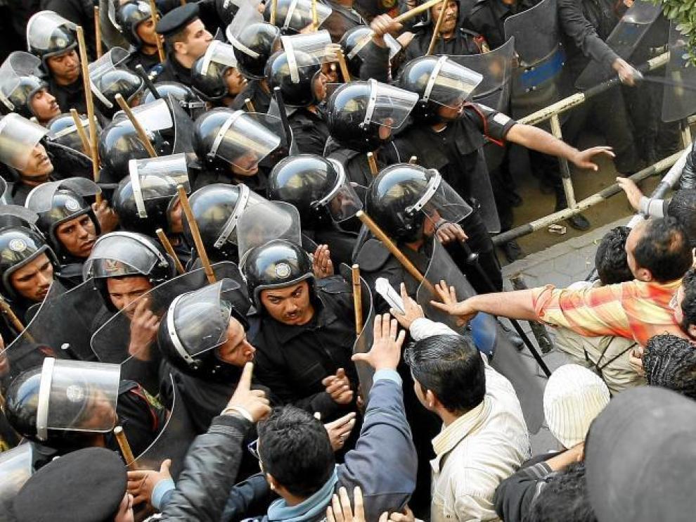 Las fuerzas de seguridad se enfrentan a los manifestantes, ayer en el centro de El Cairo.