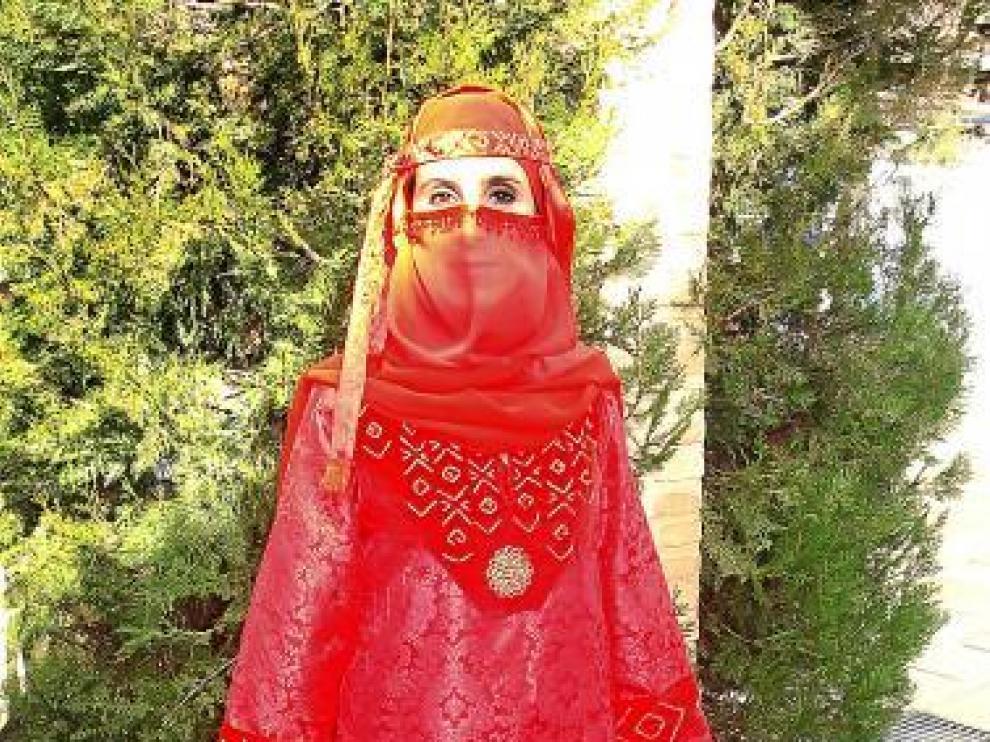 Una modelo viste el traje ganador del concurso de indumentaria.