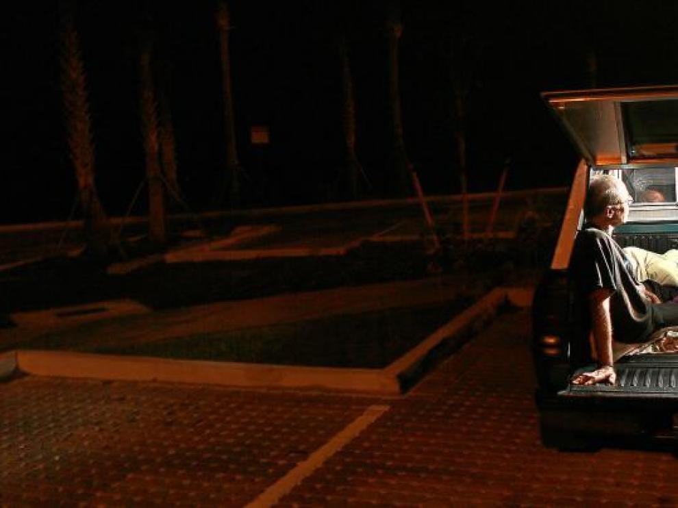Ramón Díaz, un parado de Miami, sigue el discurso sobre el estado de la Unión de Obama desde el coche en el que vive.
