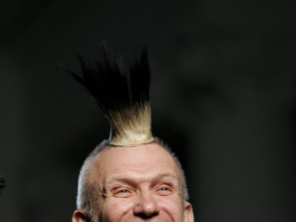 El diseñador francés Jean Paul Gaultier lució una cresta punky durante el desfile