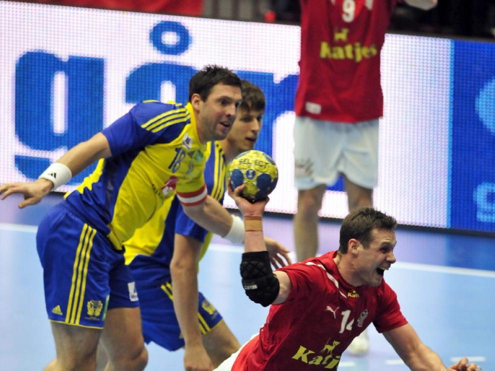 Michael Knudsen, jugador de la selección danesa de balonmano, disparando a gol