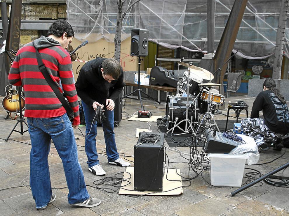 Un grupo prepara los instrumentos para tocar, en una imagen de archivo del Roscón Rock 2009
