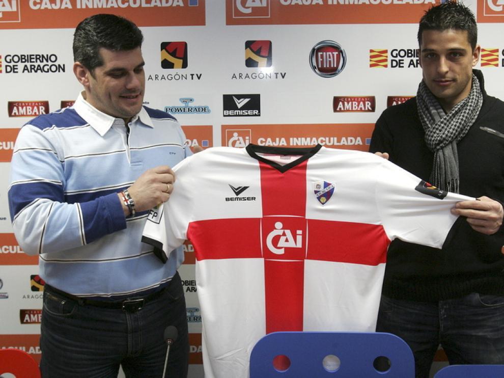Tariq posa con la segunda equipación de la SD Huesca
