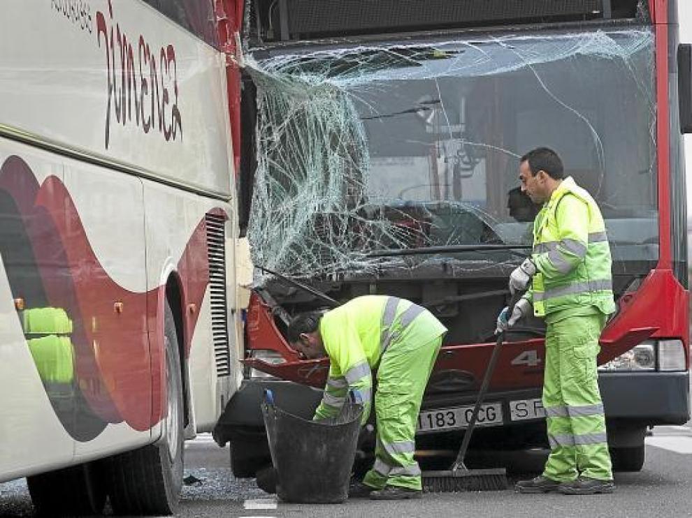 El autobús de la línea 28 embistió lateralmente a un autocar que estaba aparcado y vacío.