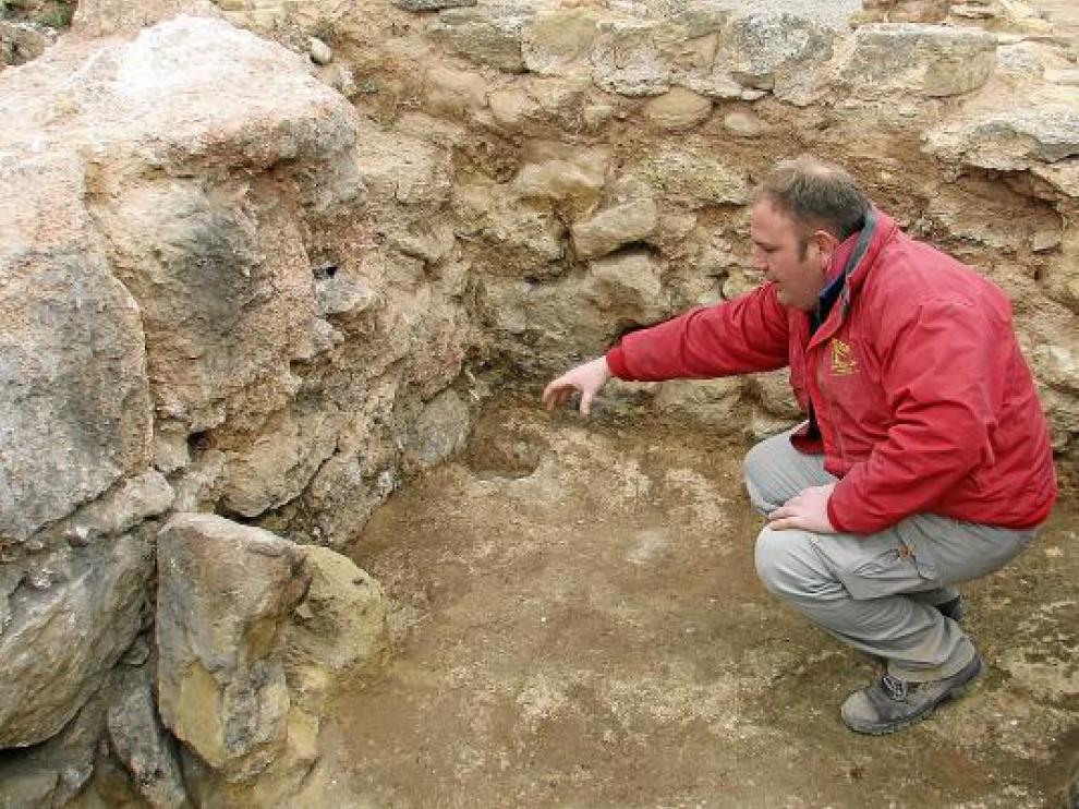 Uno de los participantes en la excavación, en el interior de uno de los torreones del Taratrato.