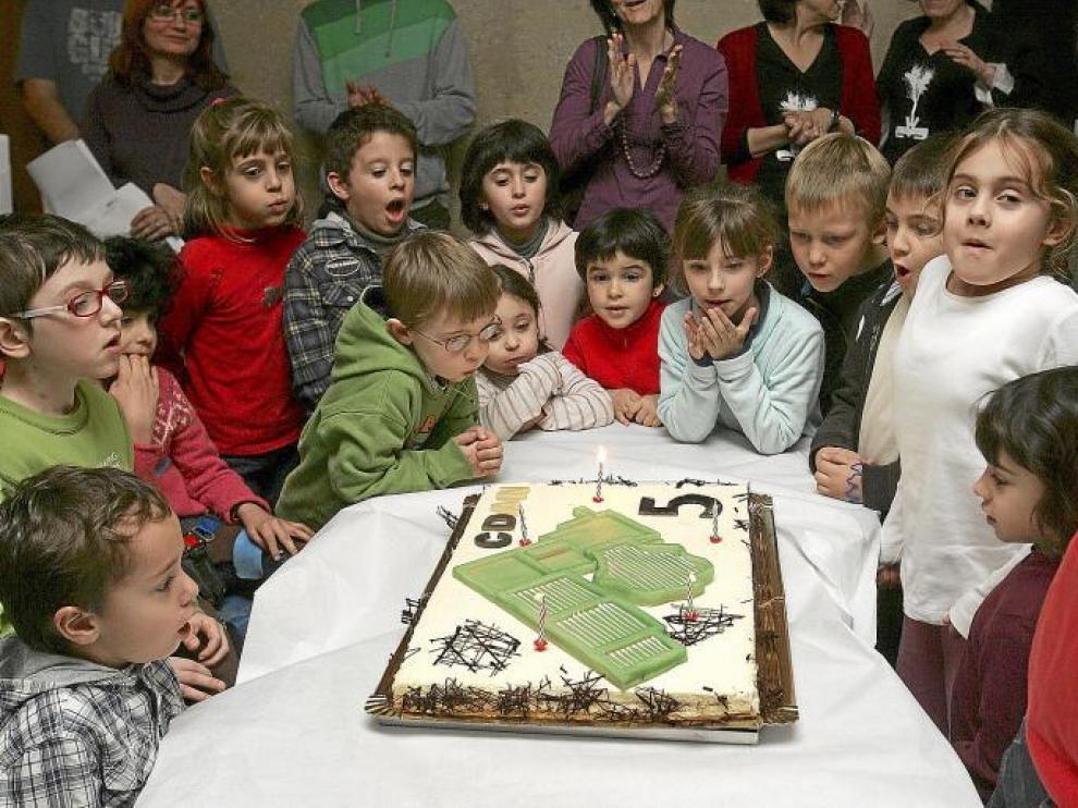Los niños del Club CDAN fueron los encargados de apagar las velas de la tarta de aniversario.