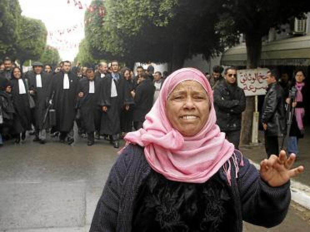 Una mujer protesta junto abogados con toga, los pasados días en Túnez.