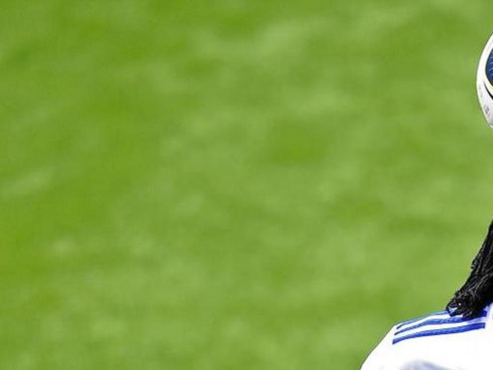 Adebayor golpea el balón con la cabeza durante su presentación como nuevo jugador del Real Madrid.