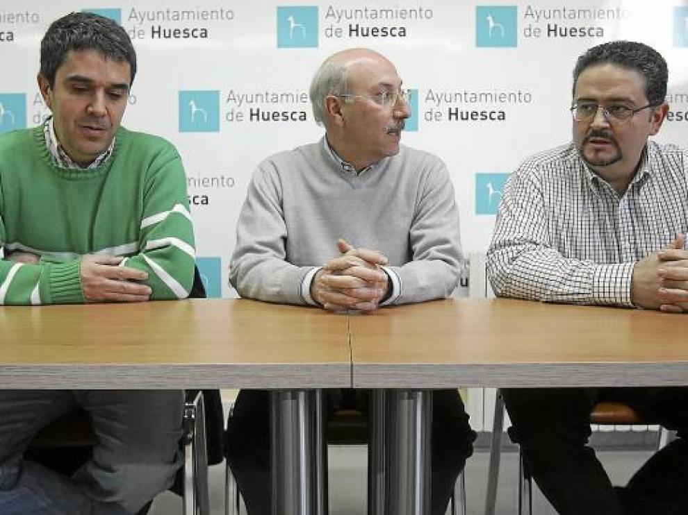 Domingo Malo, entre los hermanos Carrera, ayer, en la presentación del XI torneo San Vicente.