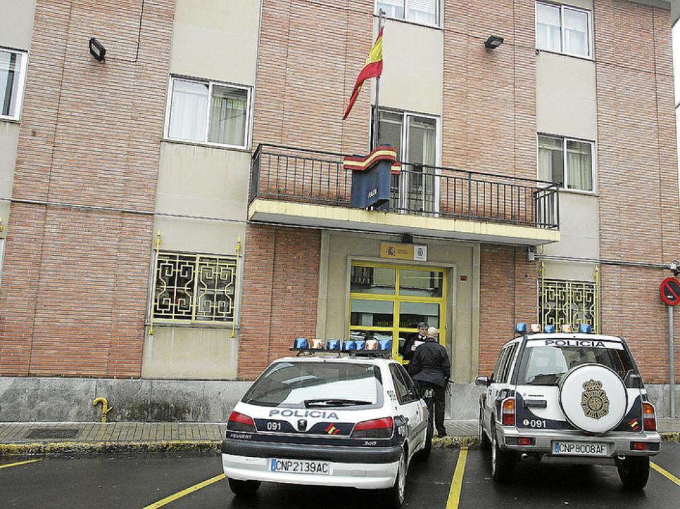 Varios coches patrulla, aparcados frente a la comisaría de la Policía Nacional en Jaca.
