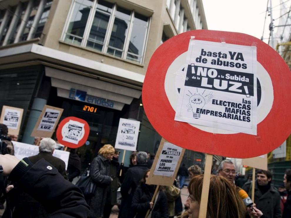 Varias decenas de personas se han concentradoante la sede de Endesa, en Zaragoza