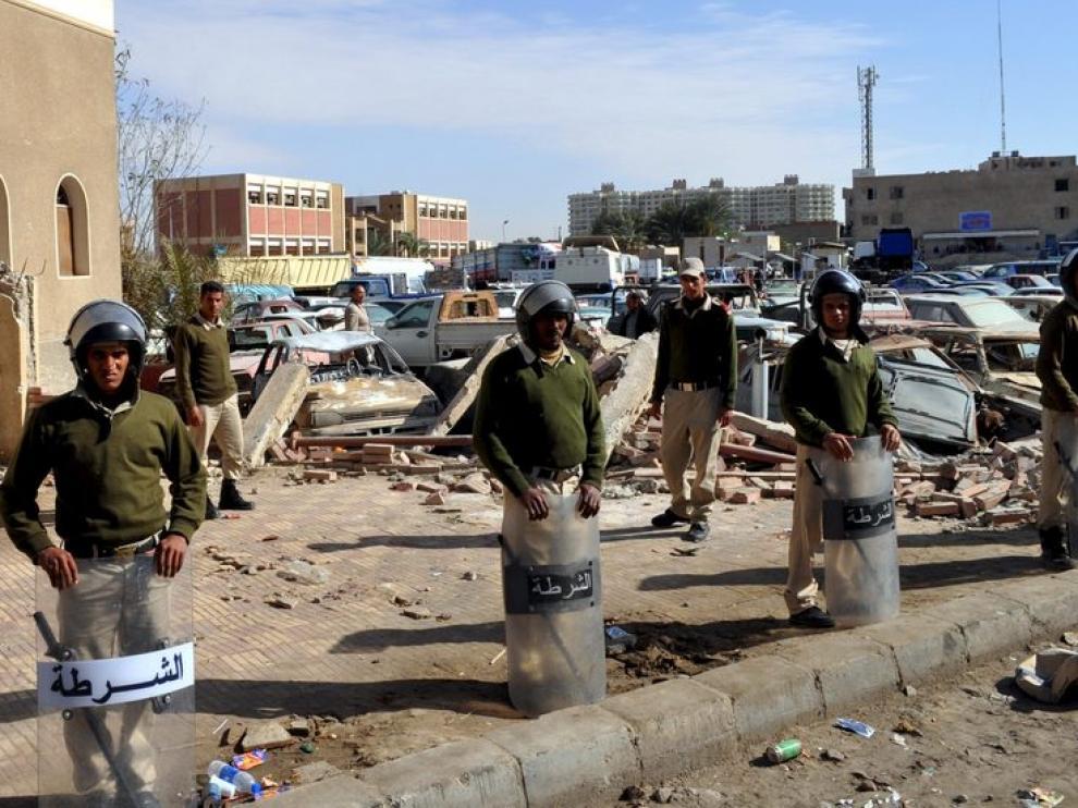 Varios policías montan guardia en una calle de Suez