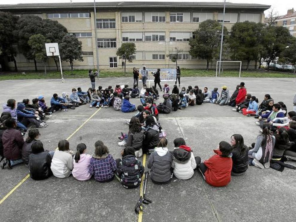 Los estudiantes del IES Lucas Mallada de Huesca formaron el símbolo de la paz en el recreo.