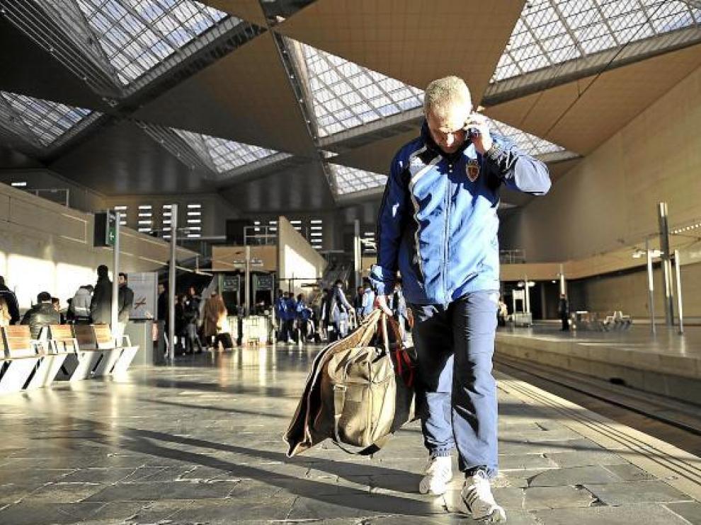 El sol mentiroso de enero ilumina a Aguirre a la espera de tomar ayer el AVE rumbo a Málaga.