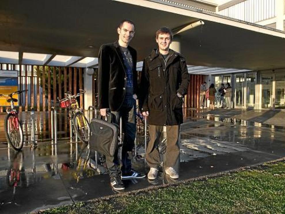 Jorge y Santiago, ayer en el campus Río Ebro casi recién aterrizados desde Alemania.