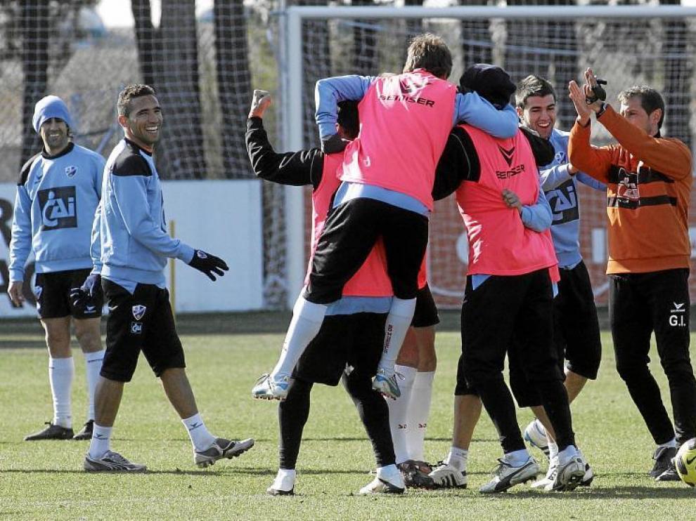 Varias futbolistas del Huesca expresan su alegría durante un momento distendido de un entrenamiento.