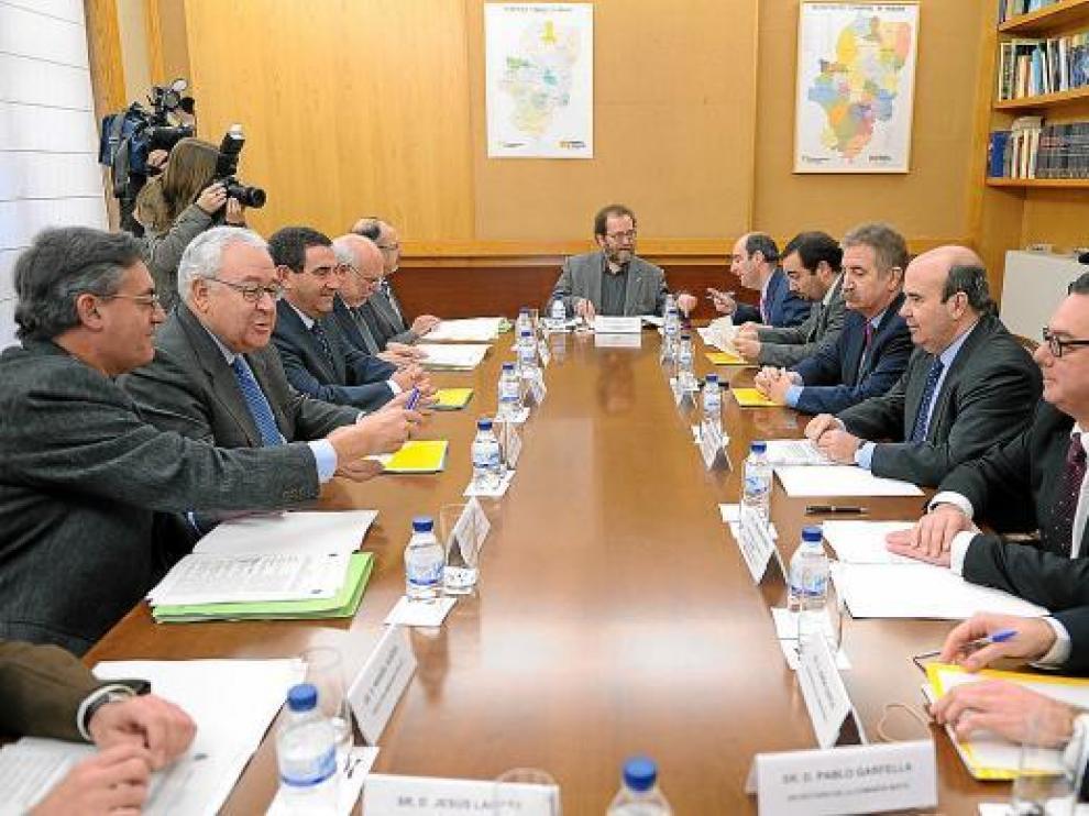 La comisión mixta de transferencias, reunida ayer en la sede de la DGA, en el Pignatelli.