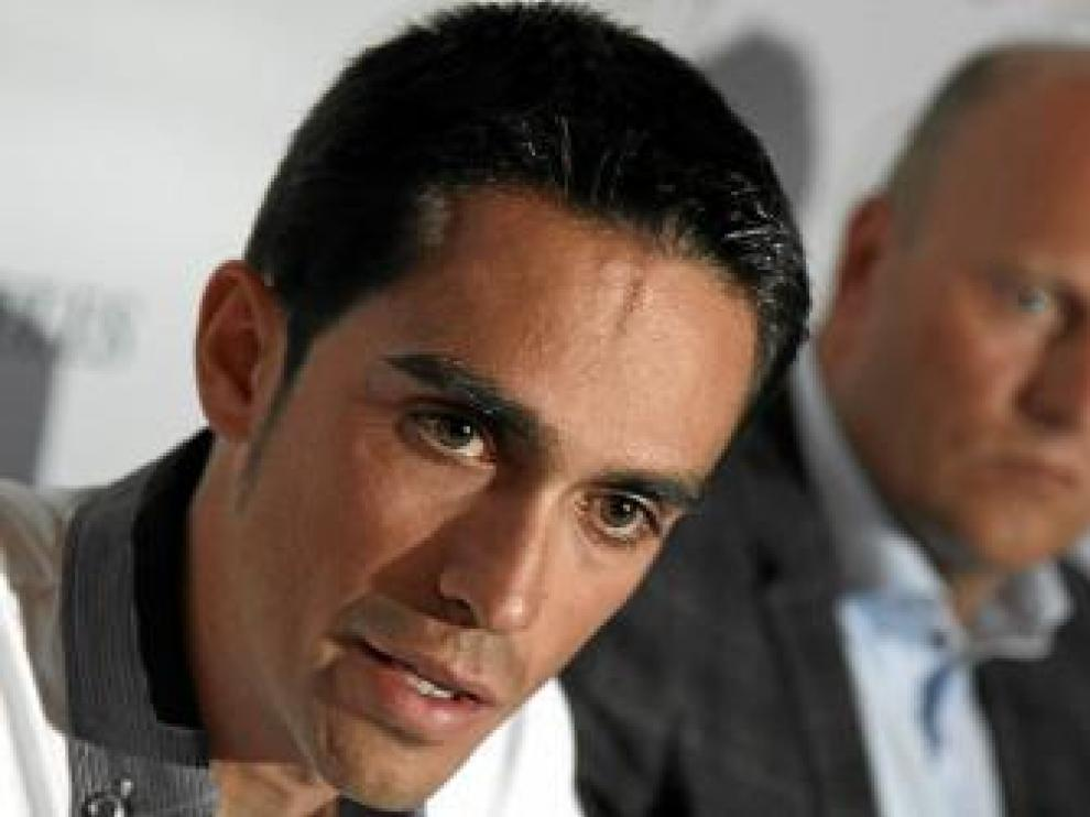 En primer plano, Contador. Detrás, Bjarne Riis.