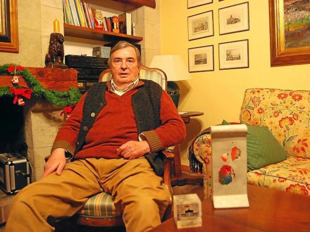 El ex embajador de España en Alemania, en su casa en Adahuesca con trozos del muro de Berlín.