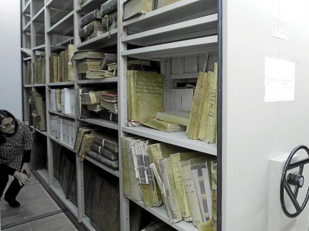Victoria Mariona y Juan Ramón Royo, junto a los armarios compactos en los que se guarda la documentación del Archivo Diocesano.