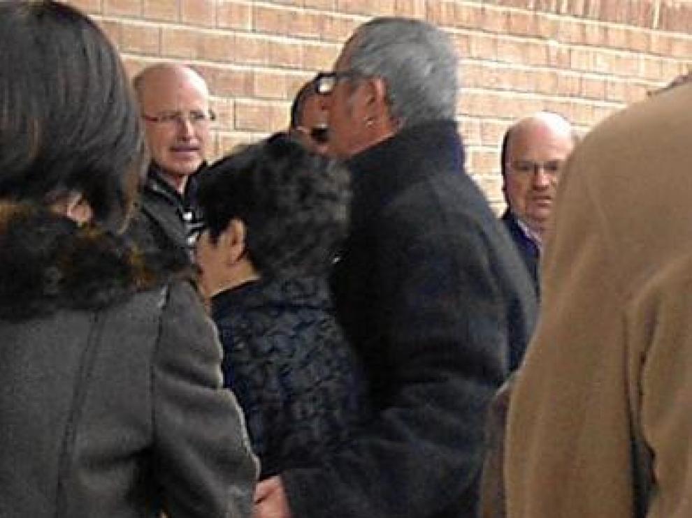 Los detenidos, en el centro, a su llegada al funeral del anciano.