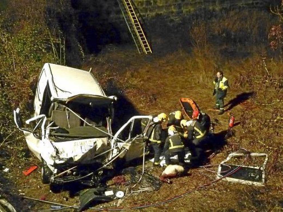 La furgoneta cayó por un terraplén de diez metros. En la foto, los bomberos en el lugar del suceso.