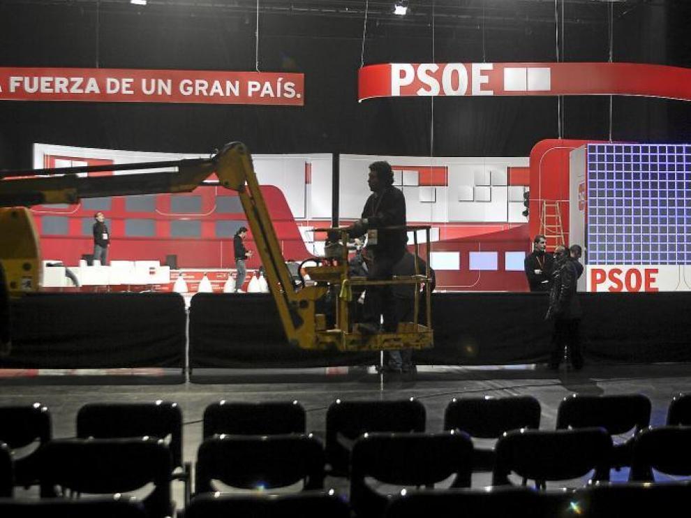Varios operarios ultimaban ayer los preparativos en el escenario de la Sala Multiusos para la inauguración oficial.