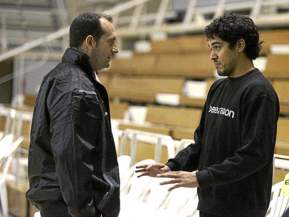 Rodrigo Salinas, que se reincorporó el jueves, charla con Francisco Nolasco