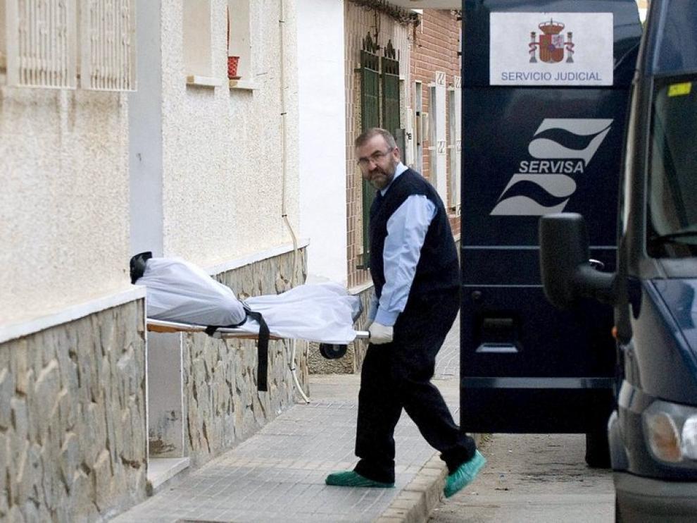 Momento en el que retiraban de su domicilio el cadáver de la mujer