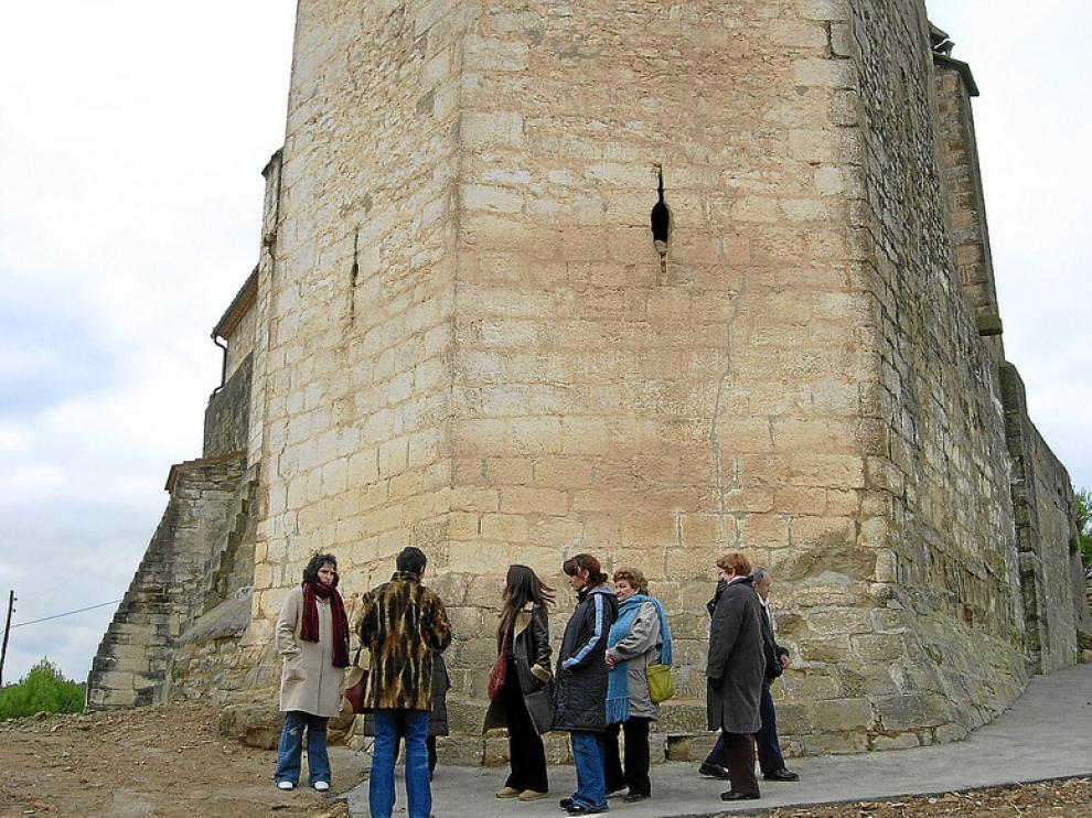 Un grupo de vecinas de Salas Altas, en el exterior de la ermita de la Candelera
