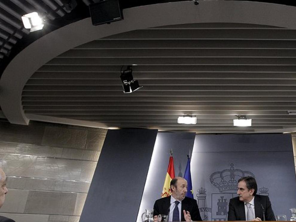 El vicrepresidente del Gobierno Alfredo Pérez Rubalcaba y el titular de Trabajo e Inmigración Valeriano Gómez