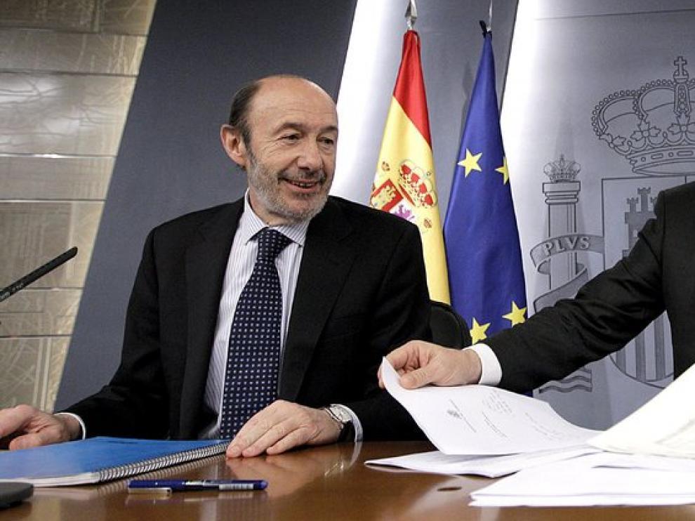 El ministro de Trabajo, Valeriano Gómez junto a Alfredo Pérez Rubalcaba