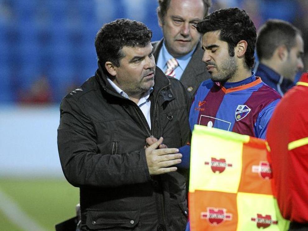 Onésimo se preocupa por Sastre, que muestra claros gestos de dolor. Tuvo que ser sustituido, lo que obligó a recomponer el equipo.