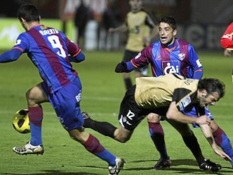 Roberto controla el balón ante la atenta mirada de Tariq.