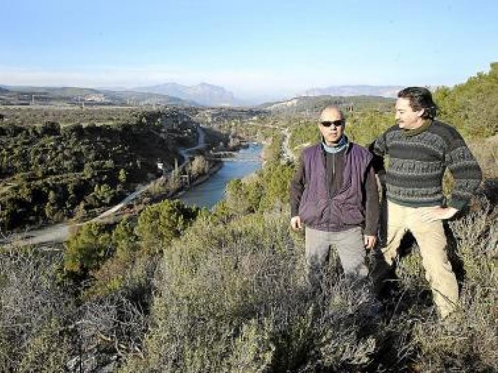 Antonio Estachod y Fermín Ortas, de Biscarrués, en el sitio de la presa.