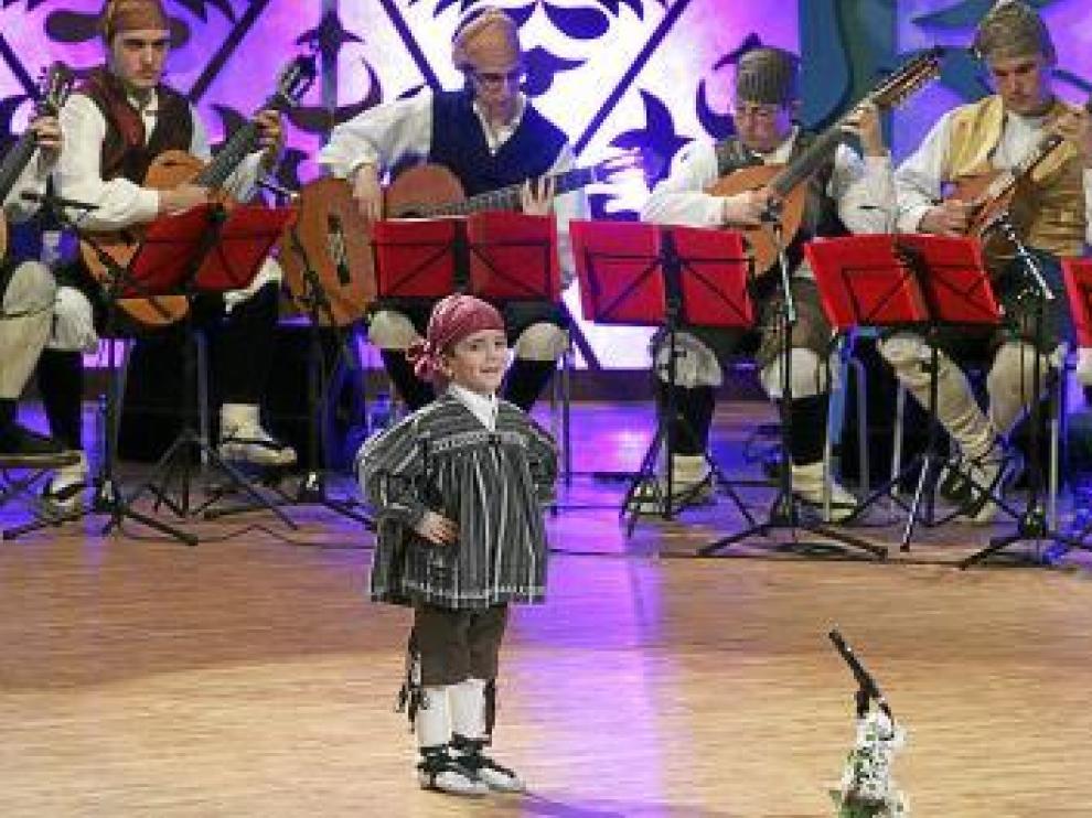 Uno de los niños participantes en la modalidad de canto.