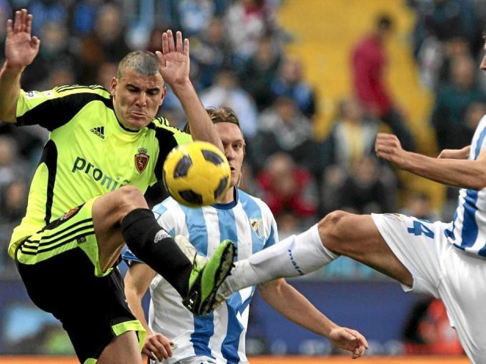 Braulio porfía con el zaragozano del Málaga Ignacio Camacho, en el duelo de ayer en La Rosaleda.