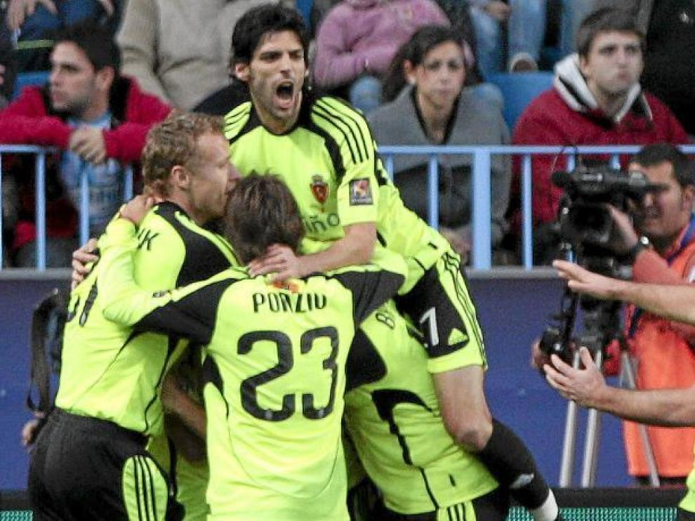 Los jugadores del Real Zaragoza forman una piña para celebrar el primer gol del equipo aragonés, marcado por Bertolo.