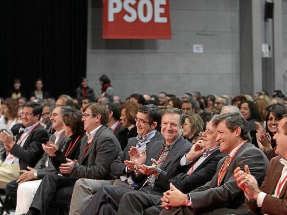 Marcelino Iglesias, cuarto por la derecha, ayer, junto a otros presidentes autonómicos.