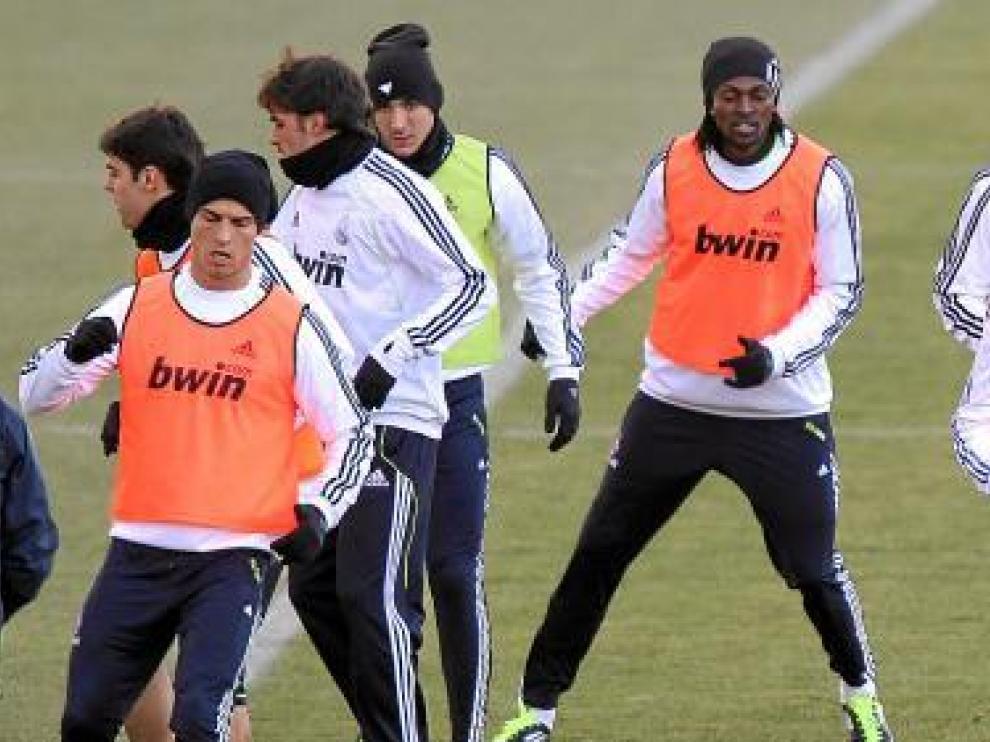 Adebayor, el último del grupo, se ejercitó ayer con el equipo blanco.