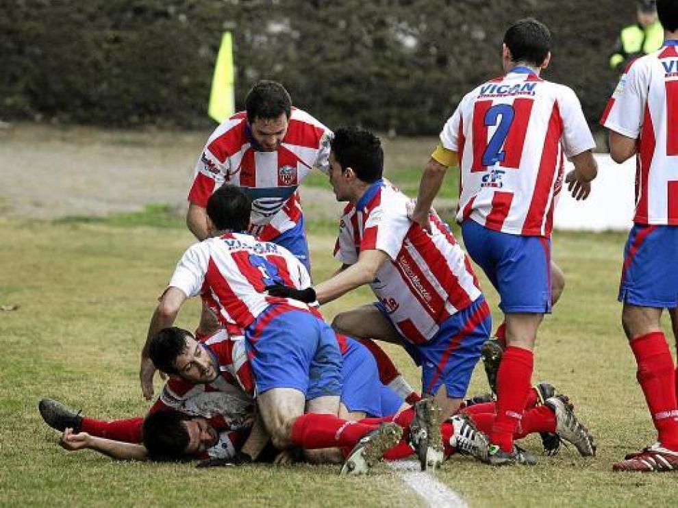 Los jugadores montisonenses celebran un gol.