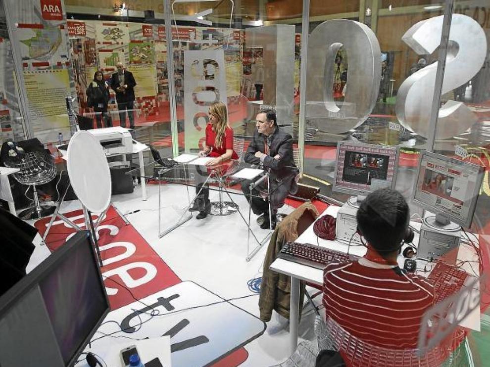 Iglesias, en el plató acristalado y circular de la televisión del PSOE, cuyas luces atienden a la colorterapia.