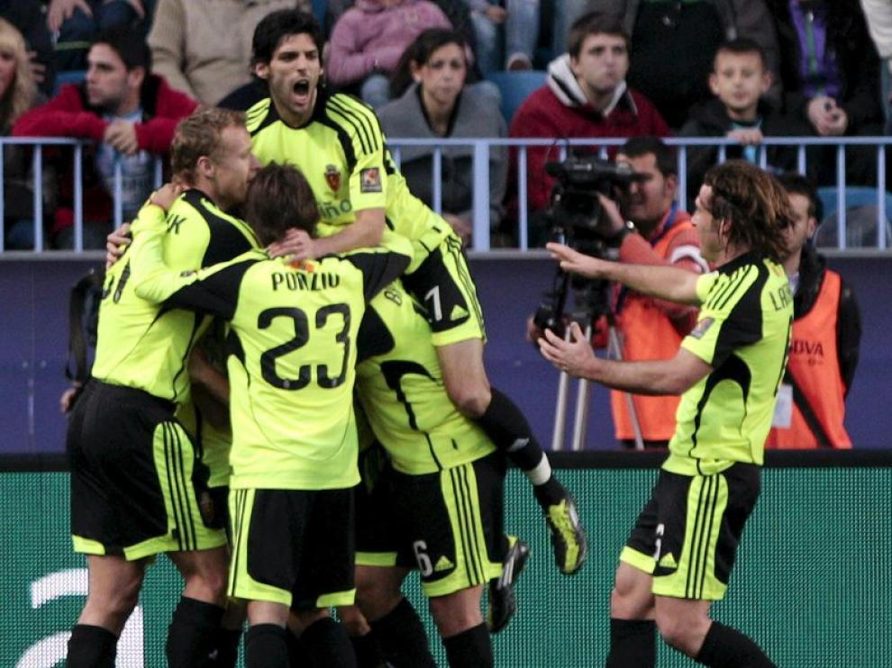 Los jugadores del Zaragoza celebran un gol