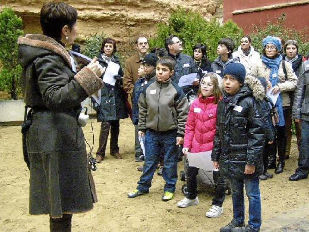 La guía hablaba ayer a los niños y sus familias sobre la judería turiasonense.