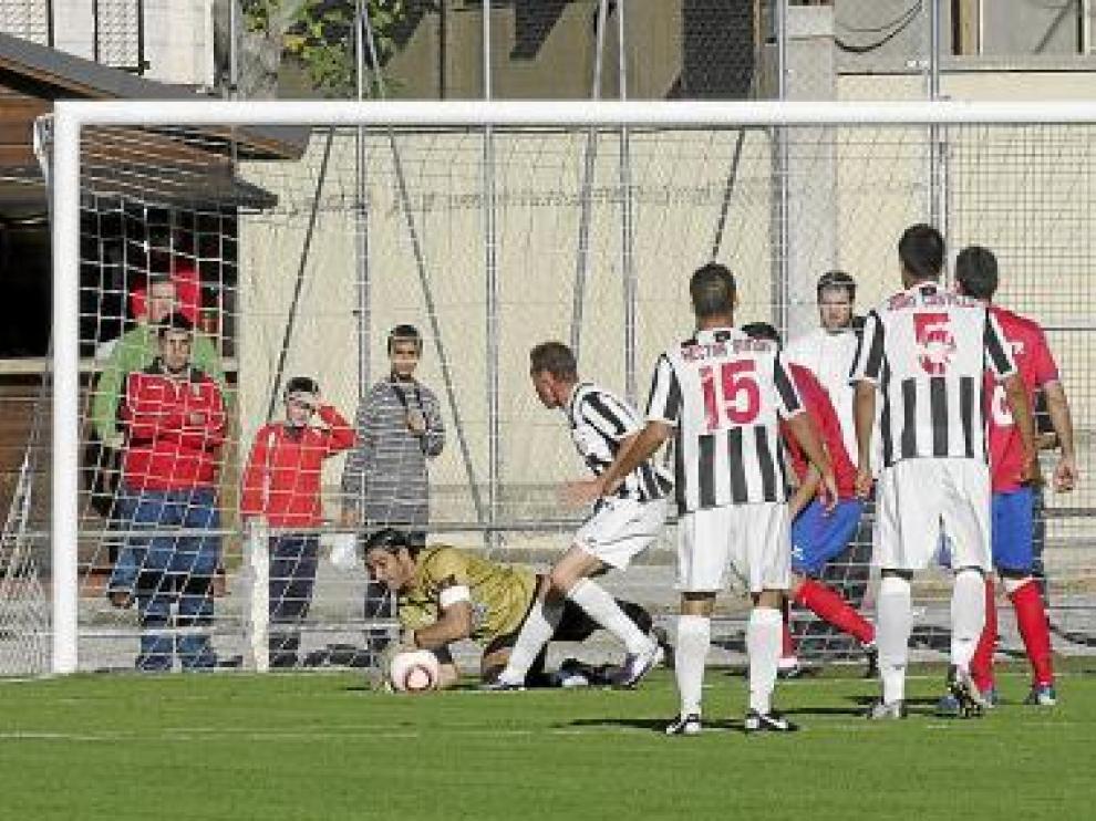 El aragonés Juan Carlos Caballero detiene el balón.