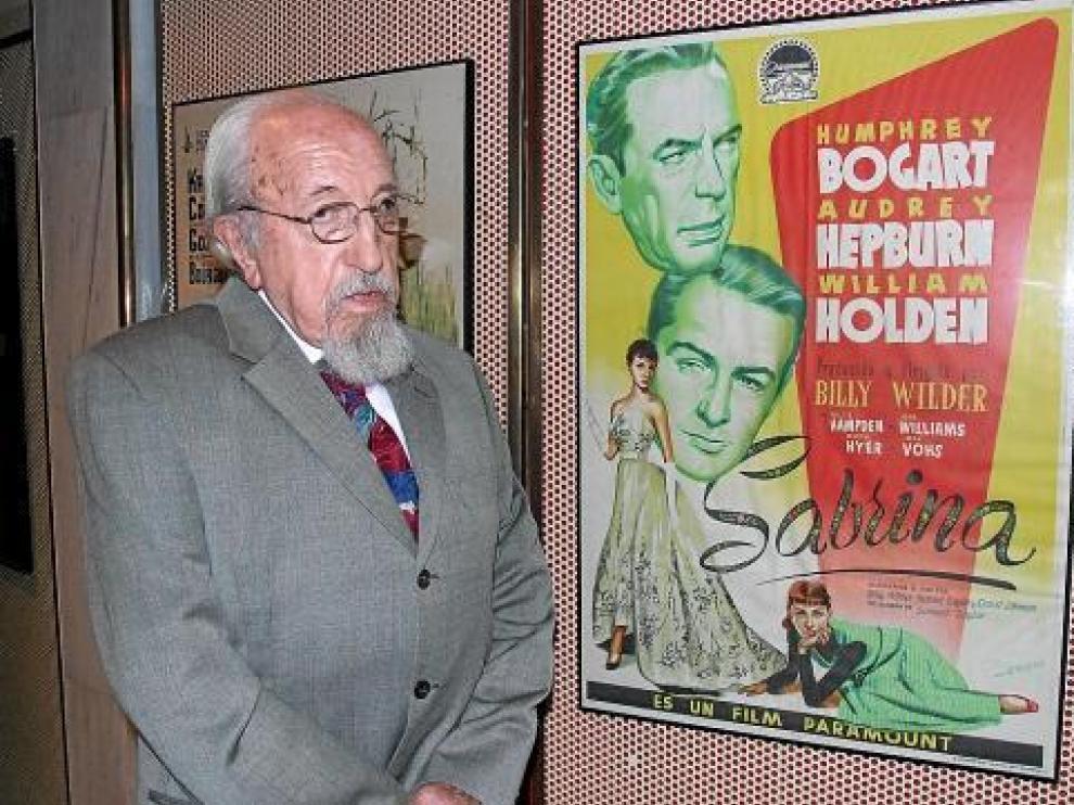 Fernando Albericio, junto al cartel de 'Sabrina' en la exposición celebrada en Tarazona.