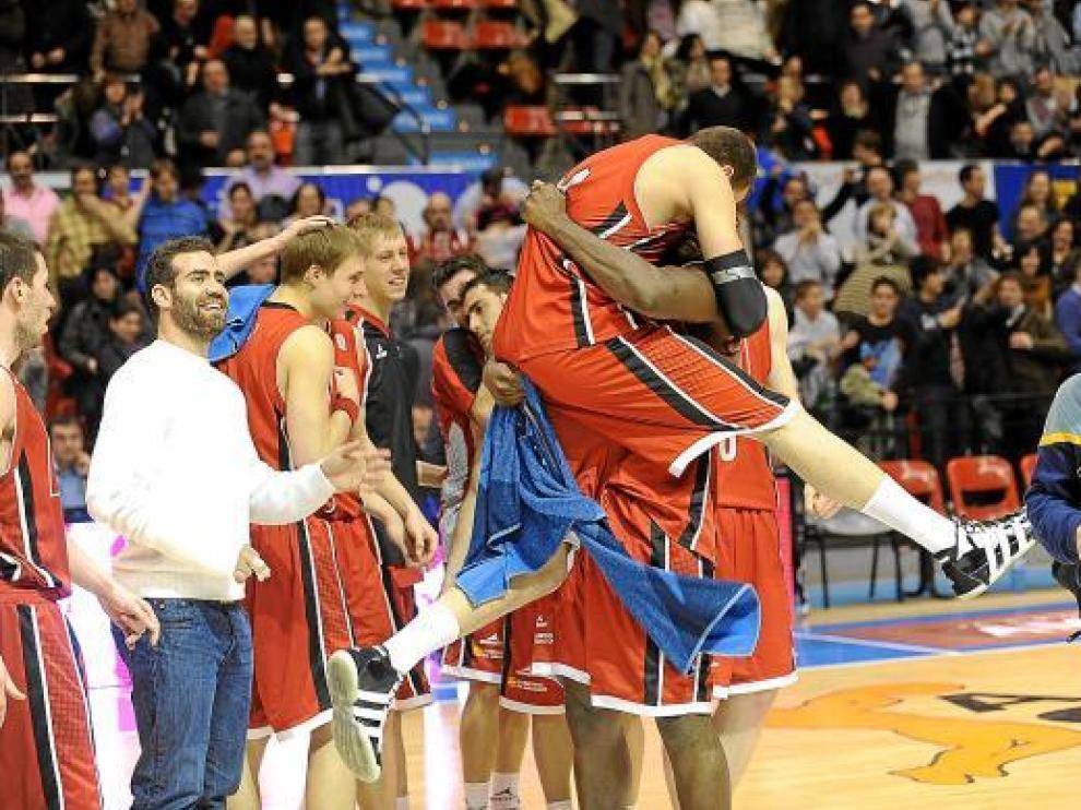 Los jugadores del CAI celebran su último triunfo abrazándose en medio de la pista.